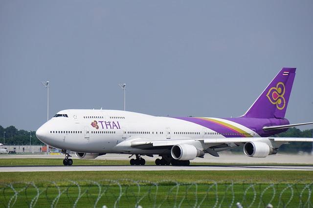 aircraft-4196684_640